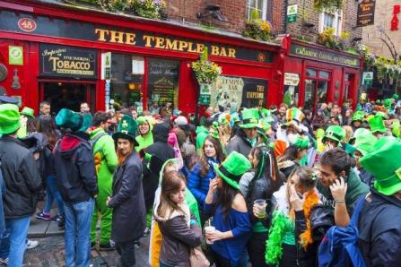 the-do-s-and-dont-s-of-celebrating-st-patricks-day-in-ireland-do-dress-up-auto-europe1