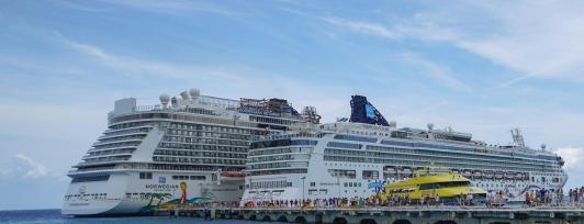 cruise-ships-1330422_1920