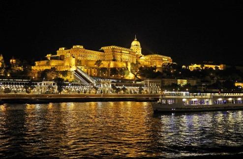 budapest-at-night-1297606_1920